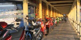 Foto parkir sepeda motor di sepanjang Dermaga Pulau Penyengat