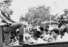 Anggota sayap pemuda Partai Komunis Indonesia (PKI) dijaga tentara saat mereka dibawa dengan truk terbuka ke penjara di Jakarta, Oktober 1965. (Foto: AP via Guardian)