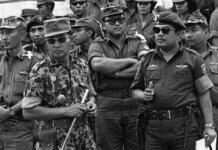 Jenderal Soeharto (kiri depan) pada pemakaman enam jenderal Angkatan Darat yang tewas dalam percobaan kudeta di Jakarta. (Foto: AP via Guardian)