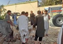 Beberapa pria Afghanistan menggotong mayat korban ke ambulans setelah serangan bom di sebuah masjid di Kunduz [AFP via Al Jazeera]