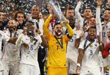 Kapten Prancis Hugo Lloris mengangkat trofi Uefa Nations League usai mengalahkan Spanyol 2-1 pada final di San Siro, Minggu (10/10/2021) atau Senin dinihari waktu Indonesia. (UEFA.com)