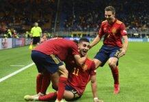 Bersama rekan-rekannya, Feran Torres merayakan gol pembuka yang dia cetak ke gawang Italia pada menit ke-17.
