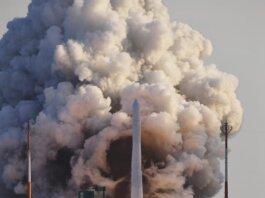 Roket Nuri, roket luar angkasa pertama yang diproduksi di dalam negeri, lepas landas dari landasan peluncuran di Naro Space Center di Goheung, Korea Selatan, Kamis, 21 Oktober 2021. (Foto: Korea Pool/Yonhap via AP)