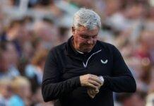 Bruce dipecat setelah pertandingan ke-1.000 sebagai manajer saat kekalahan 3-2 dari Spurs pada hari Minggu. (Foto: EPA via The Sun)